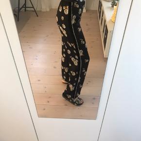 Flotte bukser fra Zara med blomster og fede detaljer! Virkelig rare at have på. God stand andet end at det ene bukseben forneden er gået op. Dette kan dog fixes hurtigt med nål og tråd.   Pris: 100 kr  BYD GERNE  Tjek også mine andre varer!!☺️💐🌞
