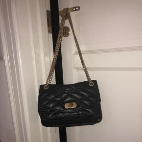 En fin taske fra Z&V, der er ca. 2 år gammel. Jeg har haft meget glæde af den næsten hver dag, men vil gerne give den videre nu til en som også kan få glæde af den.  Den sælges for 900, men I er velkommen til at byde:)