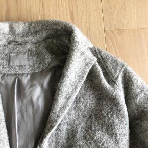 Dejlig vinter jakke fra ASOS  Fitter en 34/36 Lysegrå med uld lignende udenpå. Varm og god til de koldetider❄️  Sender gerne flere billeder!   Køber betaler fragten☺️