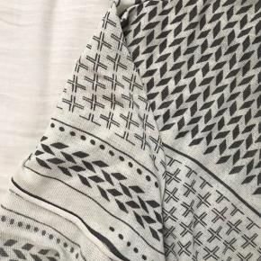 Tørklæde købt i Magasin.  Prisen er inklusiv fragt.