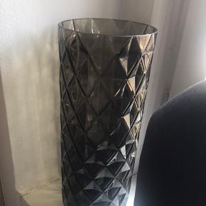 Smuk mørkebrun glasvase h: 30 cm Kan sendes med dao for 38,-