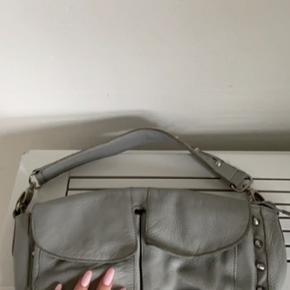 Sælger min elskede Unlimit taske, til en rigtig fin pris. Man kan godt se den er brugt, du får den desværre kun med den korte hang, da den anden er blevet væk. Nypris: 1300kr Mp: 200kr