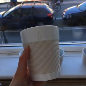 5 Bodum Canteen porcelænskrus med silikone. Varme drikke kan derfor nydes uden at kruset bliver for varmt at holde om. 45 kr stykket, eller 150 kr for alle fem.  Afhentes i København K.