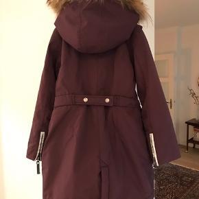 Super fin Ver de Terre pige jakke/frakke. Ingen fejl. Brugt 1 1/2 sæson. Blomme/Bordeaux farvet. Befinder sig i Aalborg. Sendes gerne på købers regning