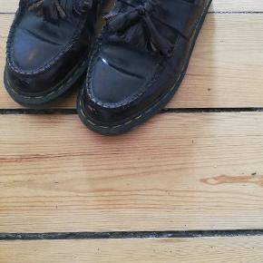 Virkelig fede loafers fra et collab ml. Dr. Martens og Commes des Garçons. Farven vil jeg karakterisere som mørk bourdeau / brun. De er egentlig str. 38, men synes de svarer mere til 38,5. De er brugt og bærer præg af dette. De er ikke slidte og fremstår også pæne, så de kan sagtens bruges mere, men som det fremgår af billede 2 og 3, har de lidt patina og en sygning, der er gået lidt op. Jeg modtager bud fra 500kr 🌠