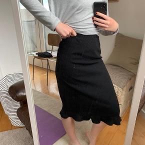 KappAhl nederdel med fryns i bunden                                     💛💛💛 Jeg har netop ryddet ud/op i alt familiens tøj, derfor har jeg en del til salg. Jeg skal af med det hele, derfor er priserne billige! Kig meget gerne mit andet tøj igennem.