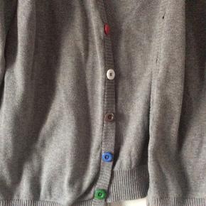 Cardigan med forskelligt farvede knapper. Let vaskefnulder. Jeg kan ikke finde str.angivelse, men det er en m/L med flg. mål: skulder og ned 68 cm. Brystvidde 54*2 cm. Indv arm 53 cm.