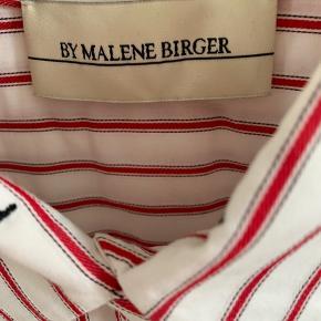 Dejlig skjorte fra Malene Birger i blød bomulds kvalitet. Det er en str. 34 - men jeg er selv small/36 og passer den perfekt. Skjorten går lidt længere ned end en normal model.