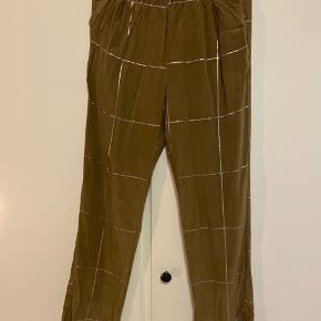 Bukser fra Stine Goya i 100% silke. Jeg er lidt usikker på, om de er strørrelse XS eller S, da mærket ikke længere sidder i - kan dog passes af begge str🌞