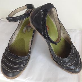 Varetype: Lækre sko med komfortabel sål. Farve: Sort  Lækre sko med komfortabel sål søger nyt hjem. Er brugt sparsomt.   Handler gerne via mobilepay. Ved TSH betaler køber gebyr. Sendes med DAO, hvis ikke andet aftales.  Ingen bytte.