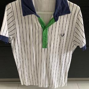 Lækker Fred Perry T-shirt i striber og i str. M