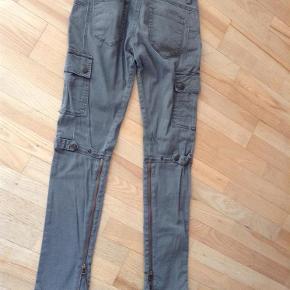 Brand: BlankNyc Varetype: Jeans Størrelse: 26 Farve: Armygrøn Prisen angivet er inklusiv forsendelse.  Jeans fra BlankNyc i Armygrøn - der er nogle fede detaljer i form af lommer/stropper & Lynlåse bagpå benene  98% Cotton  2% Spandex