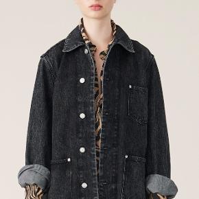 Skøn denim jakke. Købt i maj 2020 og brugt få gange. Bytter ikke.