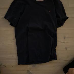 (Skriv privat vis i har spørgsmål) køb den her mega fede Hilfiger t-shirt som jeg har været meget glad for men ikke kan passe mer