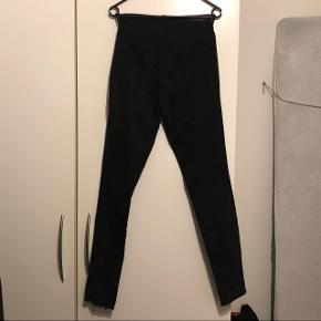 Højtaljede sorte jeans fra PIECES.  Condition 3/10 Er brugt en del og har tegn på brug og slid mellem lårene.  Sælger for min kæreste pga. oprydning og for lidt brug.  Skal gøre opmærksom på, at mærkesedlerne er klippet ud pga. irritation.  Køber betaler fragt.  Bud modtages og mængderabat gives :-)