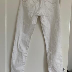 Lee - Scarlettt jeans W28 L31 91% bomuld 7,8% Polyester  1,2% Elastan   De er en ikke en skinny fit model. (Øverst sidder de stramt og for neden har de et lidt mere løst fit)   Skriv for flere billeder