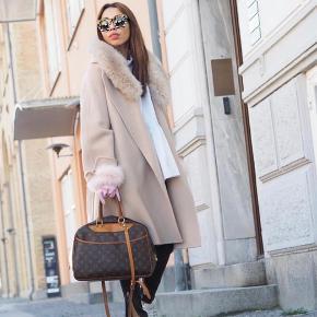 Sælger denne vildt flotte frakke fra LHS fur. Ny pris er 3.599kr. Brugt en enkelt gang