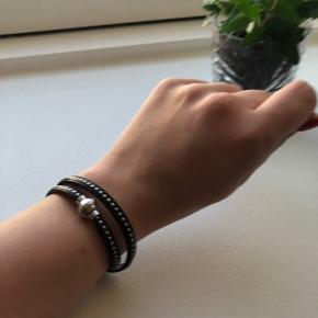 Lækkert læder-armbånd med nitter fra Sif Jakobs. Brugt meget lidt. Sælges, da jeg ikke får det brugt.