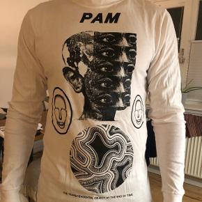 PAM langærmet t-shirt. Vasket 2-3 gange. Afhentes på Amager. Str S, men meget stor i størrelsen. Jeg er 1.85 og bruger normalt L