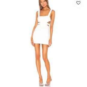Revolve superdown smuk hvid udsolgt kjole med cut out. Str small. Aldrig brugt, da den er for kort. Er 177 høj. Vasket 1 gang Ingen bytte