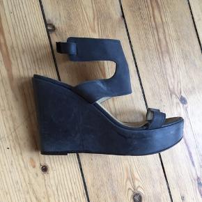 Lækre Apair sandaler i mørkegrå læder  12 cm høje  Kun gået med indenfor.