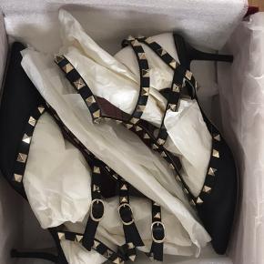 Valentino Garavani Rockstud leather kitten-Heel pumps. Kvittering, æske, dustbag medfølger. Købt hos Mytheresa.