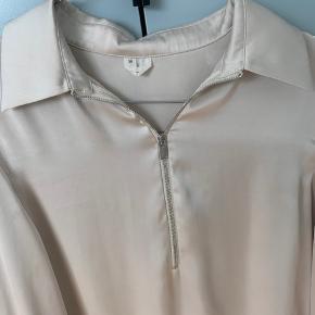 Sælger denne perlemorshvide skjorte da jeg desværre ikke får den brugt.