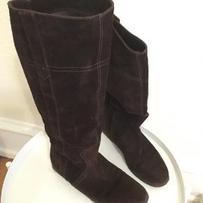 Har købt dem herinde men aldrig brugt dem selv. De er pæne og velholdte. Ideelle til vinteren da de har en lækker blød rågummi sål.