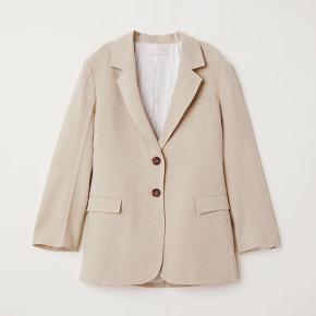 Fin blazer fra H&M trend. Brugt en enkelt gang. Fremstår i fin stand, pånær en lille plet på ryggen. Se sidste billede. Bytter ikke.