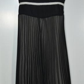 Fin festkjole i gennemsigtigt sort stof med to lag for i sandfarvet stof. Fuld længde ca. 107 cm. Rygkanten er elastisk, for at få kjolen til at sidde pænt. Købspris 400 kr. Fin stand. #30dayssellout