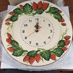 Helt nyt ure, lige til at hænge op. Med jordbær motiv. Har 5 stk. Prisen er pr. Stk. Skriv endelig ved spørgsmål 😀