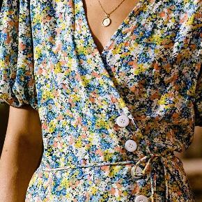 Marta Midi Dress fra bæredygtige og etiske Faithful The Brand i det lækreste og bæredygtige rayon med så flot snit og detaljer. Designet, syet, håndfarvet og -malet af kvinder på Bali. Kjolen er helt ny og stadig med prismærke.  Perfekt som gæst til sommerens bryllupper.  Stofpose fra Faithfull the Brand medfølger.  Nypris var ca. 2200 kr. inkl. told og fragt.  #tuesdaysellout #trendsalesfund