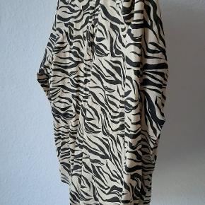 Zebra skjorte, aldrig brugt. For lille til mig, som er 44 😊 bomuld.