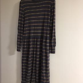 Sælger denne kjole som aldrig er brugt ☺️