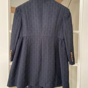 Rigtig flot overgangsjakke - passer til både bukser og nederdele.
