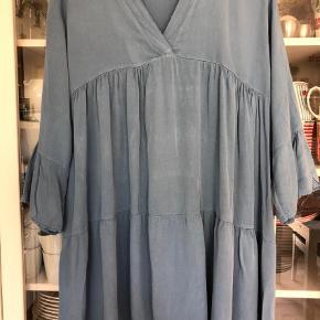 Varetype: Kjole / Tunika Størrelse: ONE SIZE Farve: Lys Blå Prisen angivet er inklusiv forsendelse.  Super sød tunika kjole i viskose - dejlig blød med masser af vidde. Bm ca 2x55 cm Længde ca 87 cm Bytter ikke