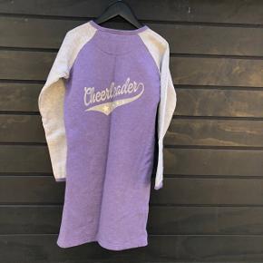 Lækkker sweat kjole med flotte detaljer.   Sender gerne, men du er også velkommen til at hente kontaktfri med mobilepay😊