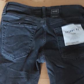 Sælger disse mega fede jeans, da de er for stramme til min søn, de er kun prøvet på og jeg har to par i Str er 28/32 Ny pris pr stk er 299,-