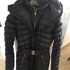 Meget varm dun jakke med strik rib i ærmer og krave, total længde 83cm