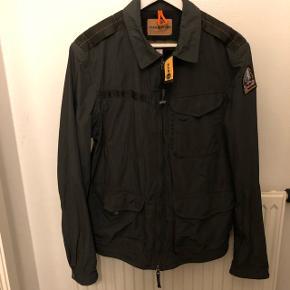 Sælger min armygrønne Parajunpers lightweight overgangsjakke, da jeg aldrig bruger den.   Jakken er i super fin stand.   Nypris: 3600,-