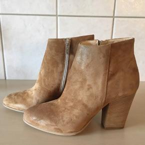 Super flotte støvler fra Apair, kraftig hæl på 9 cm i finér.  Sendes i tilhørende æske og med dustbag.  Købspris 1899,-