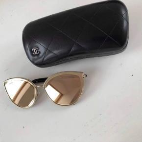 Sælger disse Chanel solbriller som jeg fik i gave ny pris 3850kr Fejler intet, de er blot prøver på Original cover følger med som ses på første billede