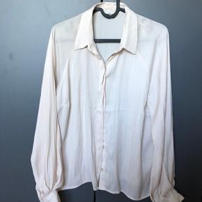 MbyM Elis skjorte med ballonærmer i sand hvid. Mine skuldre er desværre for brede til den.  Aldrig brugt, aldrig vasket, men prøvet på.   Ny pris: 500 kr.  Din pris: 200 kr.