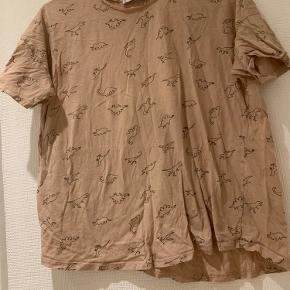 Fin lyserød t-shirt loose fit med små dinoer på.