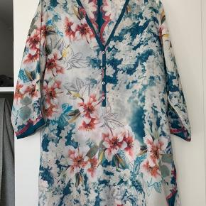 3 smukke tunika kjoler i silke. Den sidste i cupra rayon som føles som silke.  BYD