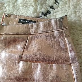 Club Monaco nederdel str 4 (svarende til en S/M) med lommer og fin copper farve. Brugt meget få gange. Perfekt til de kommende fester :)