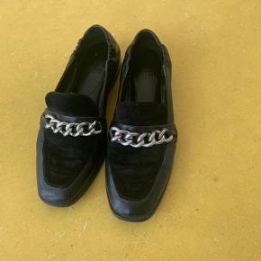 Flotte Billi Bi loafers, har ingen tegn på slid pånær lidt på hælen og en plet nede i sålen. Er nok brugt omkring 10 gange 😊 Køber betaler fragt.