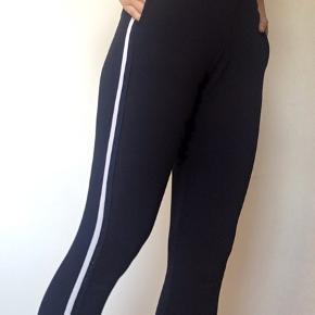 Trendy jogginbukser fra sisters point med stribe langs benet. Meget komfortable og passer godt til afslapning, men kan også bruges til finere lejligheder. Sælges også som sæt med den dertilhørende top