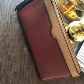 Så flot og anvendelig pung med gode åbne lommer til kort. Indeni er der også kortlommer og andre rum  Str 19 x 10 cm og fylder ikke meget i dybten.