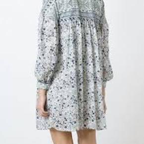 Boho Floral dress i fransk str. 38 - passer en dansk str. 36 og 38. Flot med et bælte til. Der følger en hvid bomuldunderkjole med.  Jeg handler kun via mobilepay.